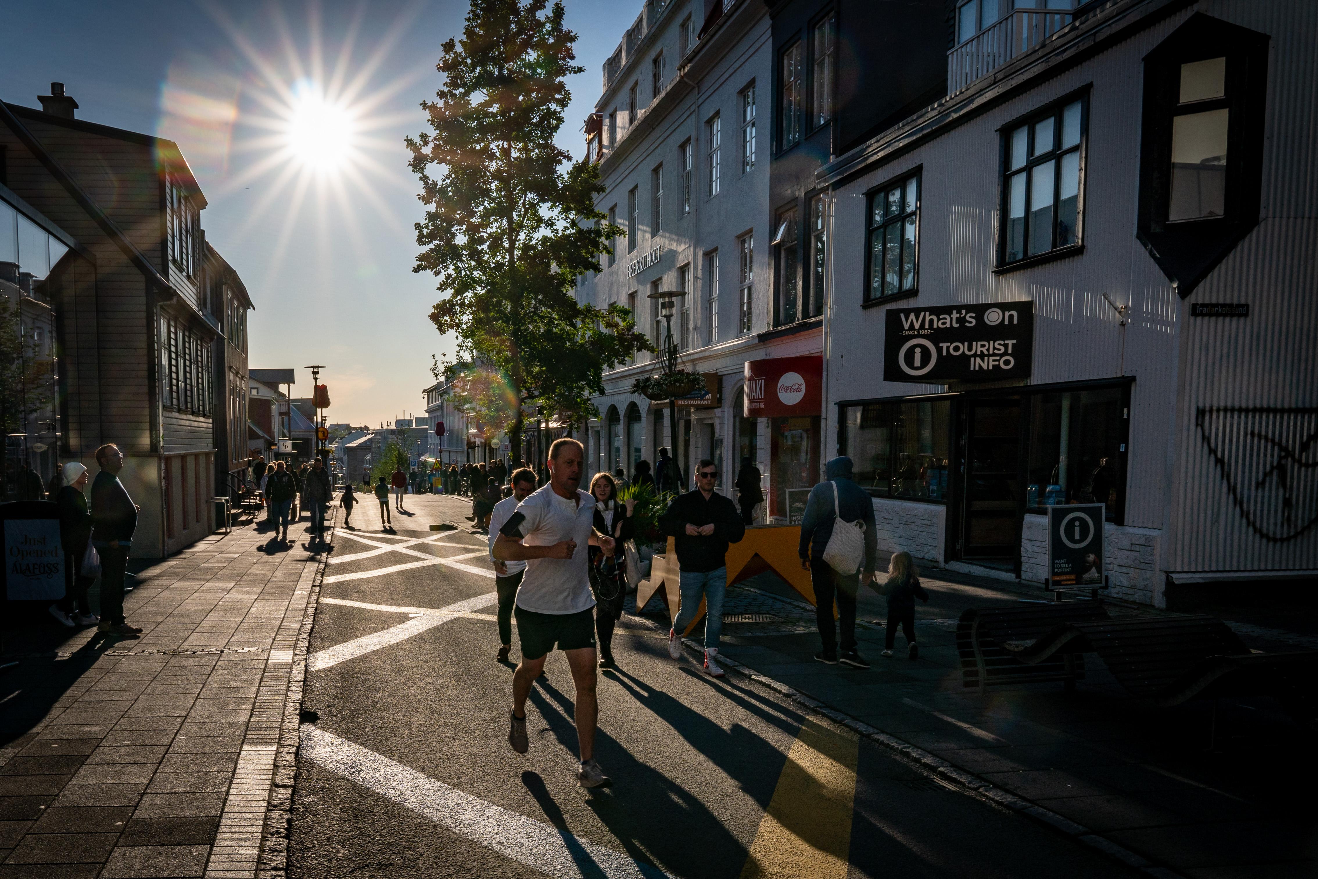 Turisteja Reykjavikin kaduilla