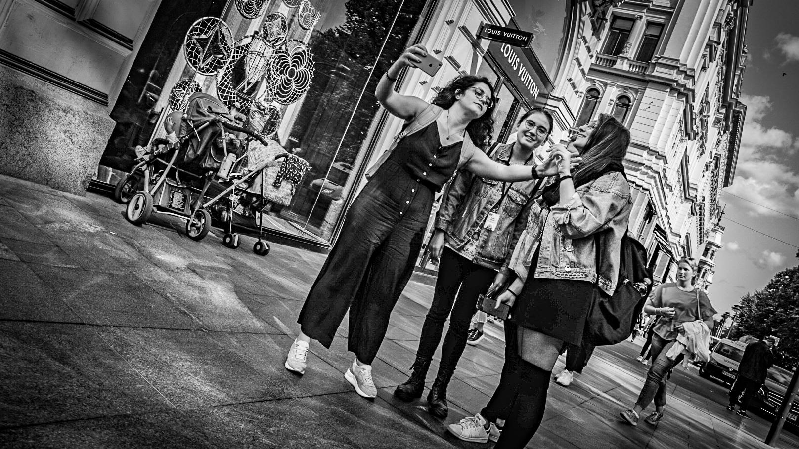 Naisia Louis Vuittonin liikkeen edessä