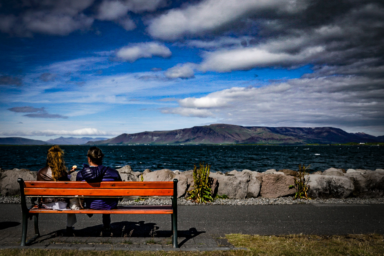 Sivistyneet ihmiset villin luonnon äärellä Reykjavikissa, Islannissa