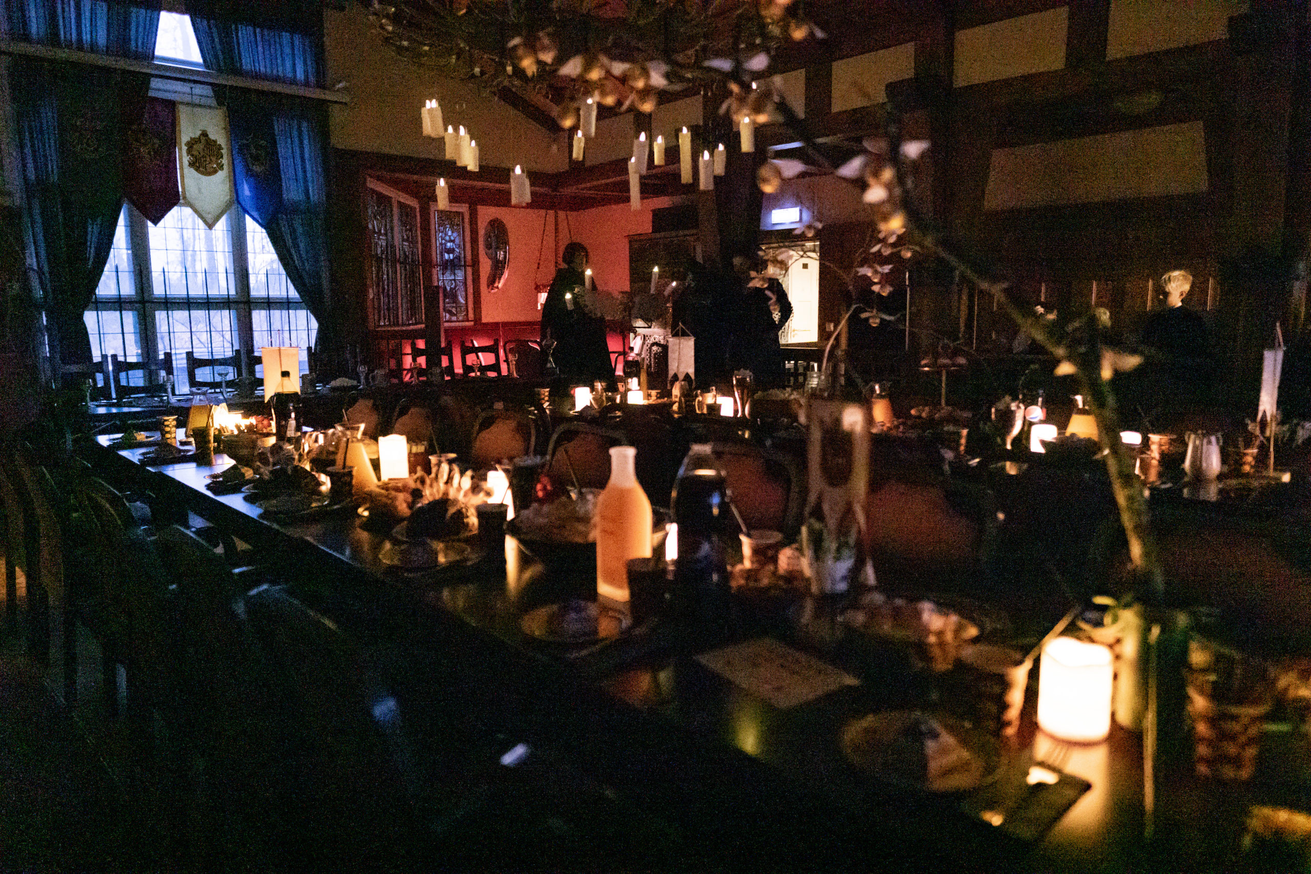 Kynttilöin valaistu juhlasali