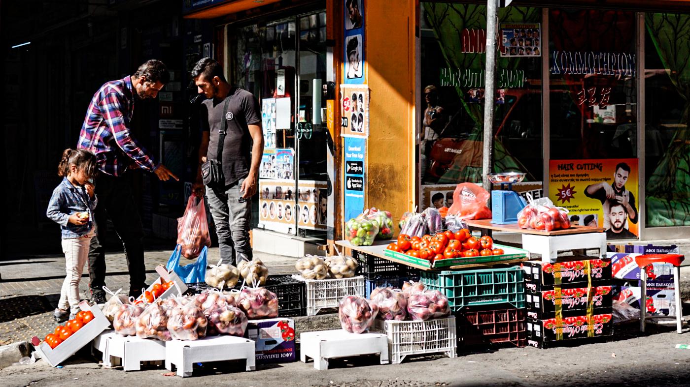 Mies myy vihanneksia kadulla Ateenassa