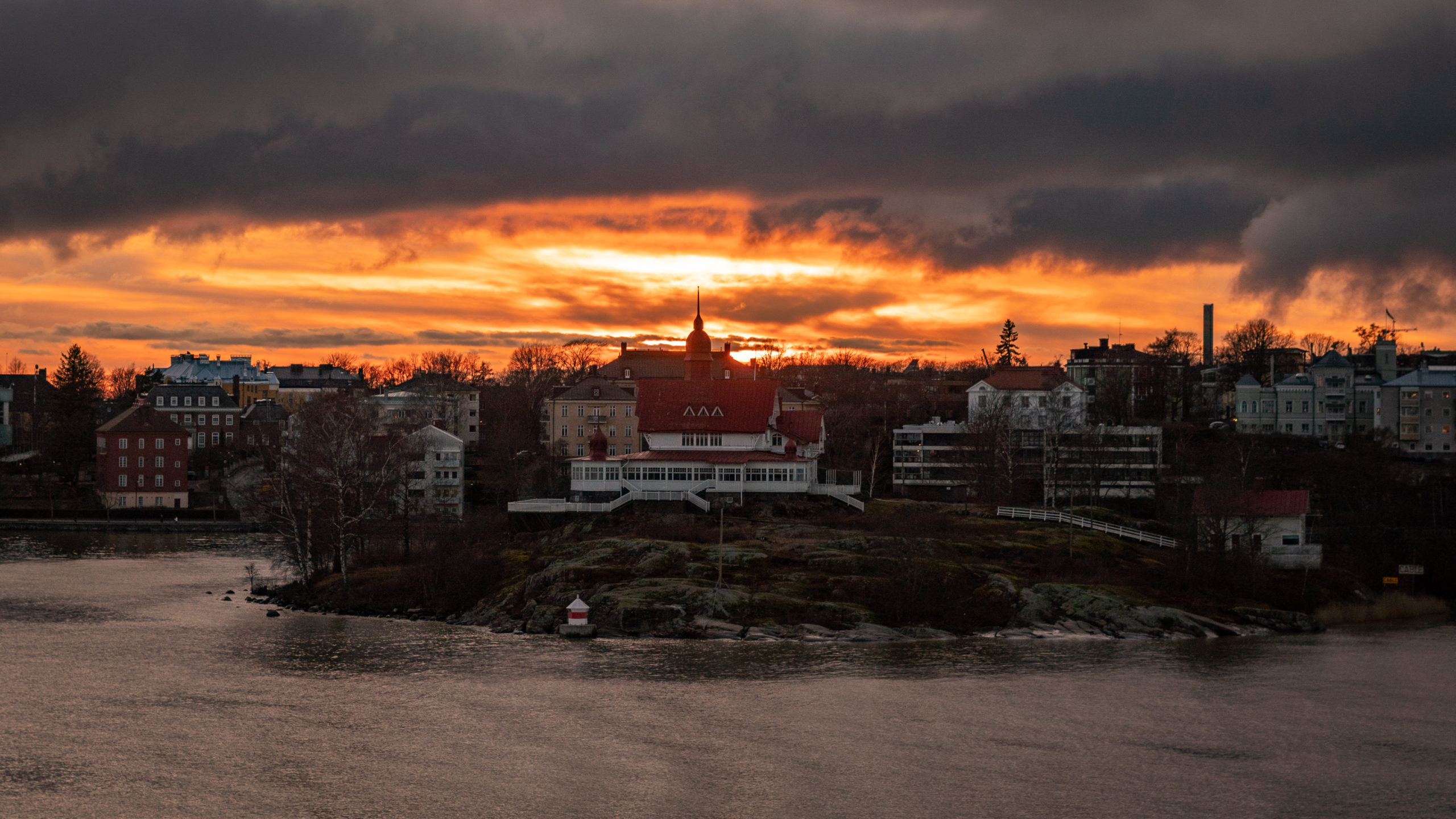 Aurinko laskeutuu Helsingin taa