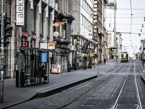 Koronaviruksen hiljentämä Aleksanterinkatu Helsingissä