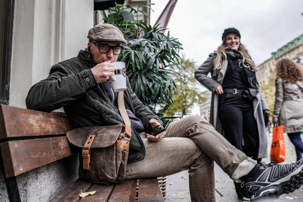 Katukuvaaja tauolla Mannerheimintien kahvilassa.