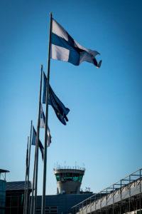 Lennonjohtotorni ja lipputankojen rivistö Helsinki-Vantaan lentoasemalla.